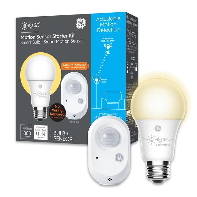 Ensemble avant de GE C by GE Starter Kit Capteur de mouvement alimenté par batterie 60 -Watt EQ A19 Soft White Smart LED Ampoule (2-Pack) (L'emballage peut varier)
